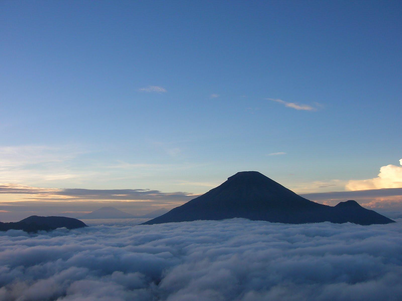 Pemandangan dari puncak sindoro ( foto husfasalwa.blogspot )